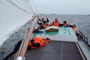 Ontspannen tijdens het Skûtsje zeilen op de Friese meren