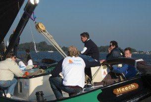 Samenwerken tijdens het skûtsje zeilen met de Friese meren