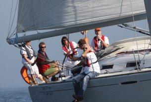 Sportief bedrijfsuitje met zeiljachten op het IJsselmeer