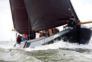 Zeilen met een Lemsteraak op het IJsselmeer