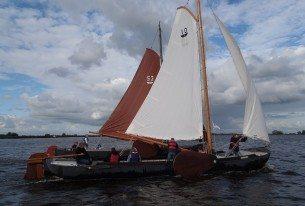 Zeilwedstrijden met zeilpramen op de Friese meren