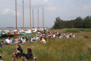 Gezellig met collega's op een eiland na het zeilen in Friesland