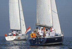 Groep zeilen met jachten op het IJsselmeer