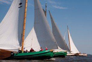 Groep zeilen op Skûtsjes op de Friese meren