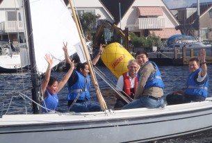 Met collega's de overwinning vieren van de zeilwedstrijd dicht bij Leiden