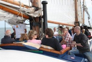 Ontspannen zeiltocht met collega's tijdens zeiltocht in Noord-Holland