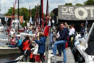 Open zeilboten in de haven bij Loosdrecht tijdens bedrijfsuitje