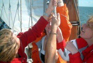 Samen de zeilen hijsen van een klipper als team training