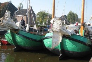 Skûtsjes in de haven aan de Friese meren in de buurt van Sneek