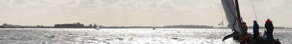 Skûtsjesilen op de Friese meren met ondergaande zon