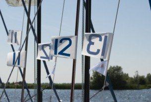 Valken met wedstrijd nummers bij steiger op Kaag bij Leiden
