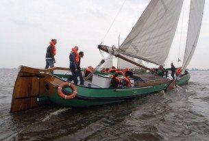 Vanuit Heeg skûtsje zeilen op de Friese meren