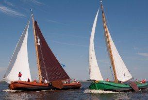 Wedstrijd zeilen met skutsjes op de Friese meren vanuit Heeg
