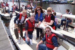 Zeilboten in de haven tijdens bedrijfsuitje op de Kagerplassen in Zuid-Holland