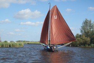 Zeilen door het Hollandse landschap van Friesland