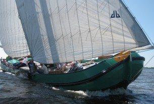 Zeilen een Skûtsje op de Friese meren in de buurt van Sneek