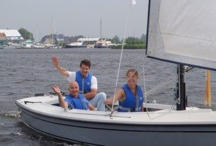 Zeilen met collega's tijdens bedrijfsuitje bij Loosdrecht