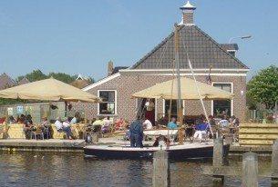 Zeilen met een boeren zeilpraam vanuit restaurant met terras aan het water