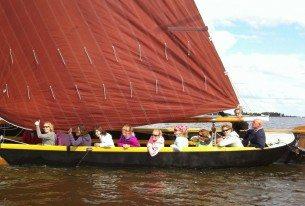 Zeilen met een groep op een zeipraam op de Friese meren