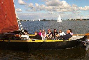 Zeilen met vrienden met een boeren zeilpraam op de Friese meren