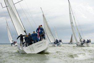 Zeilen op het IJsselmeer met een groep collega's
