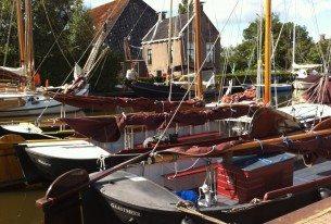 Zeilpramen in de haven aan de Friese meren vlak bij Sneek