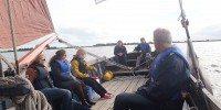 Zeilen met een praam op de Friese meren