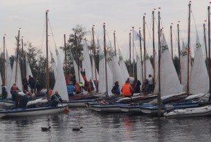 20 zeilboten in de haven klaar om het water op te gaan