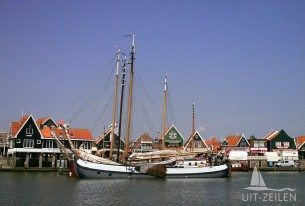 Zeilklipper in de haven van Volendam na bedrijsuitje